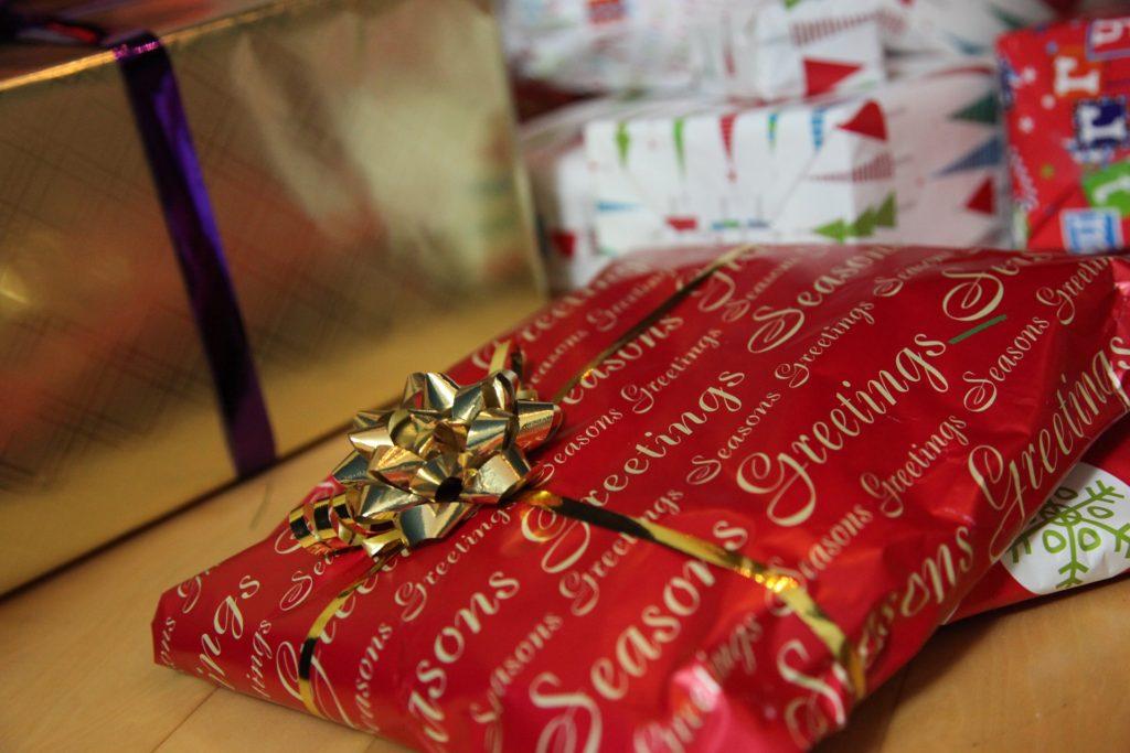 Julklapp under granen. Är det en filt med ärmar?